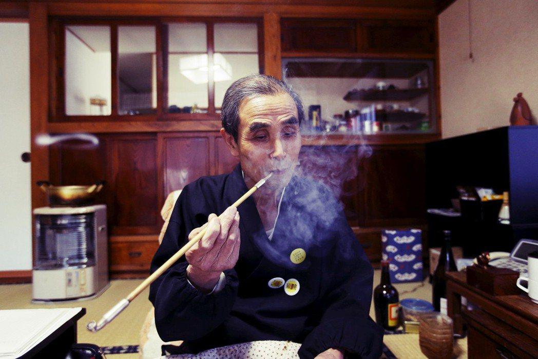 抽煙管、喫煙成為浪漫的復古風情。圖為京都寶鏡寺住持早川篤雄,在自宅中閒暇喫煙的光...