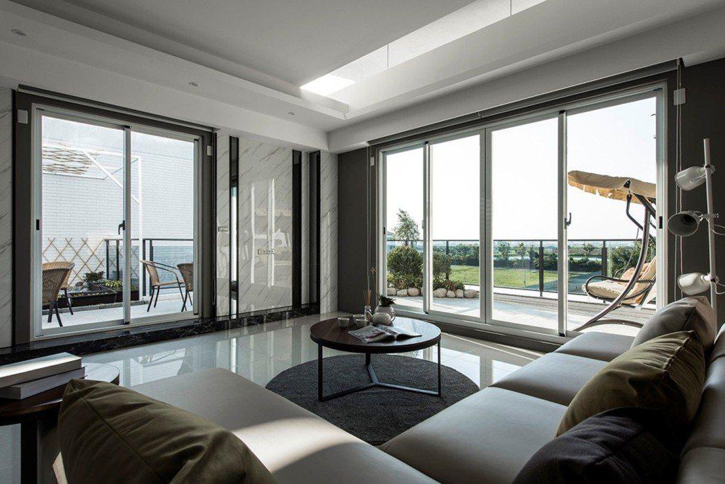 大尺度起居室:落地景觀窗納入綠意風景,家人朋友團聚的好場所。 圖片提供/達博迎建...