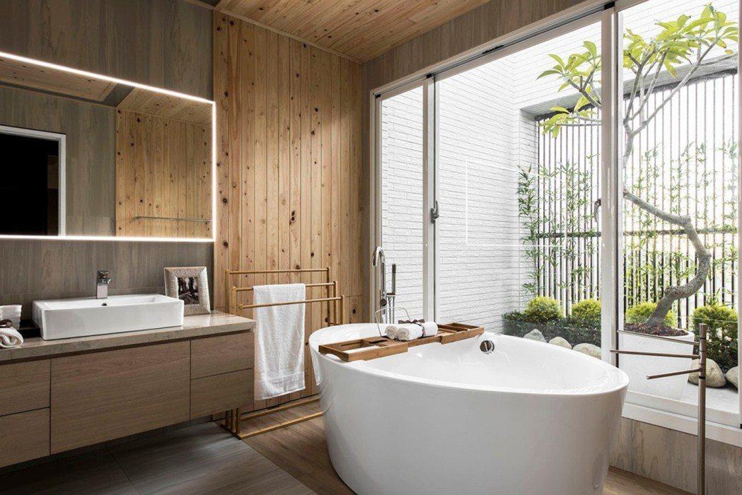 檜木浴室:日式空間規劃,視野全面開窗,擁有大片採光的氣密鋁窗,一邊沐浴一邊享受戶...