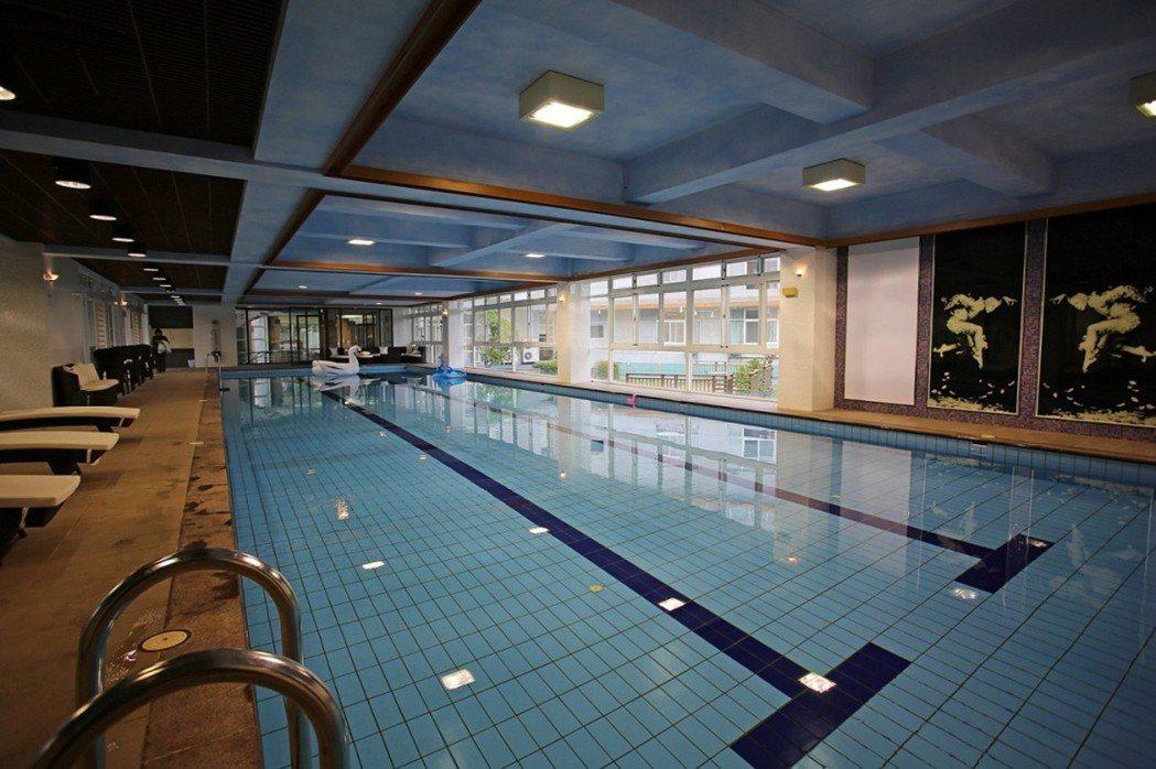 飯店式管理休閒會館,溫水游泳池供住戶自由使用。 圖片提供/達博迎建設