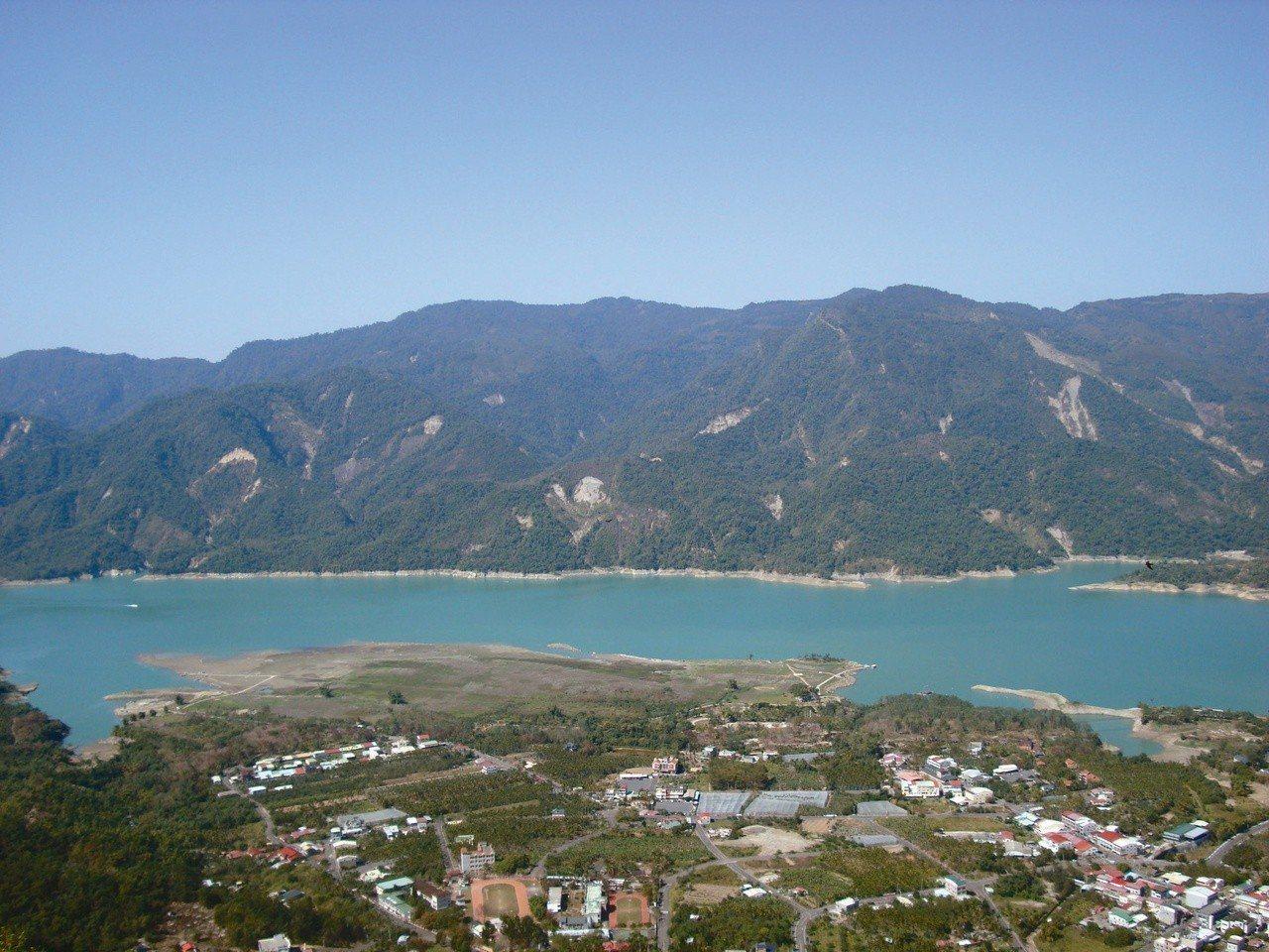 在海拔兩百三十公尺的水邊長大,俯臨是水,環視是山,唐捐說他從小總覺得故鄉就是一個...