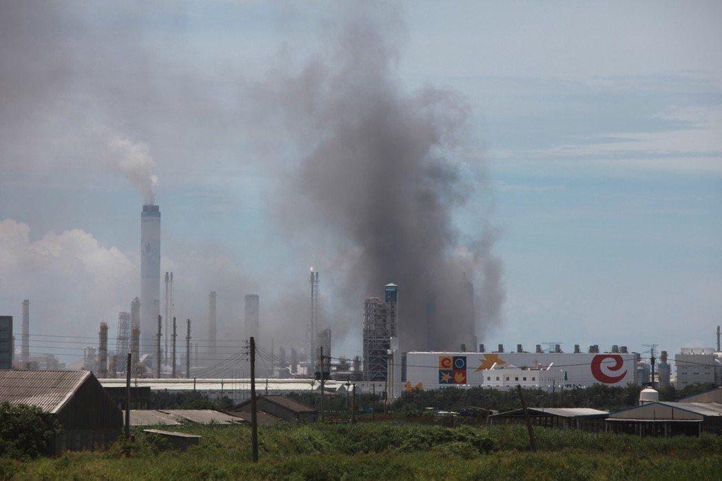 公衛學者口中的怪獸「麥寮六輕工業區」,因其引發的健康風險與流行病學研究報告陸續出爐,再度成為外界關注的焦點。圖為2010年8月台塑麥寮六輕工業區發生火災情景。 攝影/柯金源