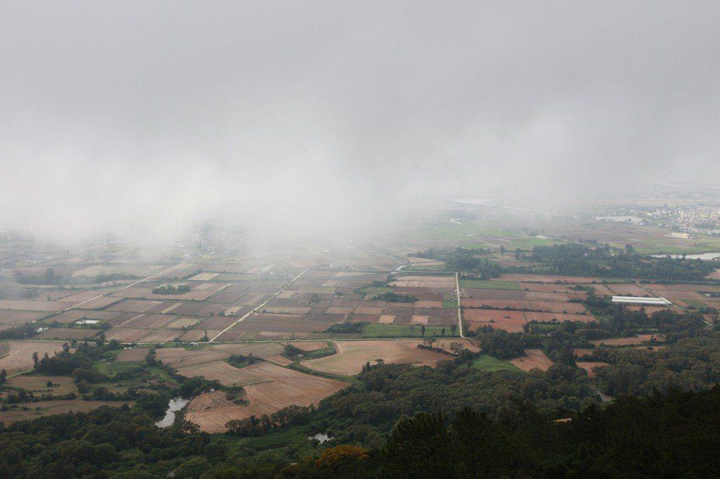 金門PM10懸浮微粒濃度值常超標,尤其在東北季風盛行季節更加嚴重。圖為2011年6月金門空氣汙染情況。 攝影/柯金源