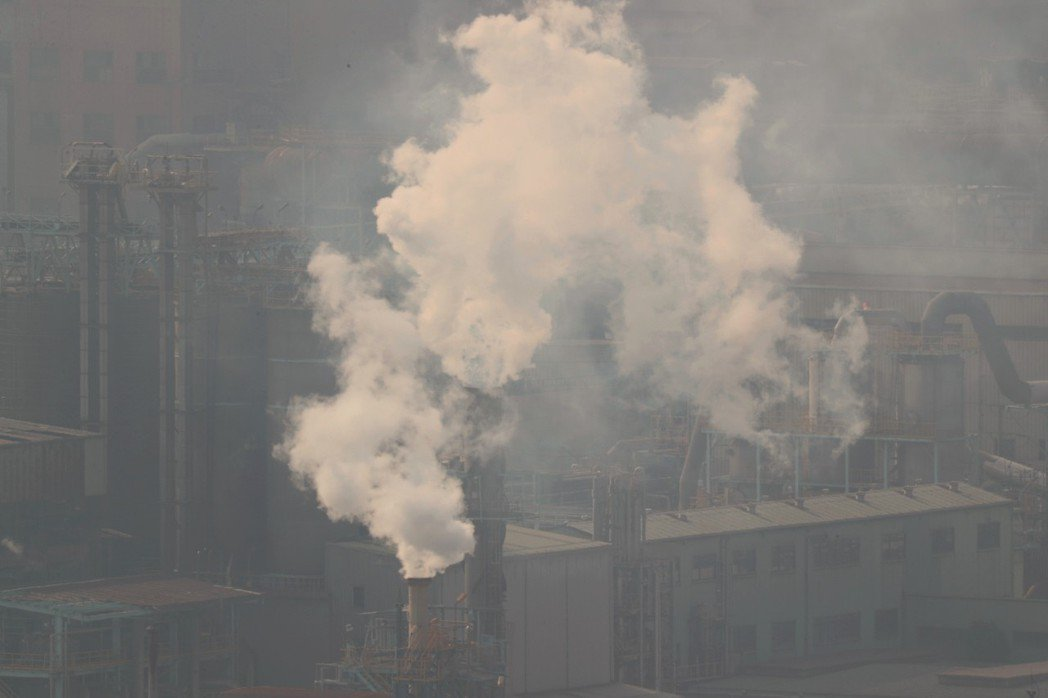 人們為了追求溫飽或是不願離開家鄉,不得不以健康為代價,持續呼吸著髒汙的空氣、忍受劣化的環境品質。圖為攝於2016年10月的高雄。 攝影/柯金源