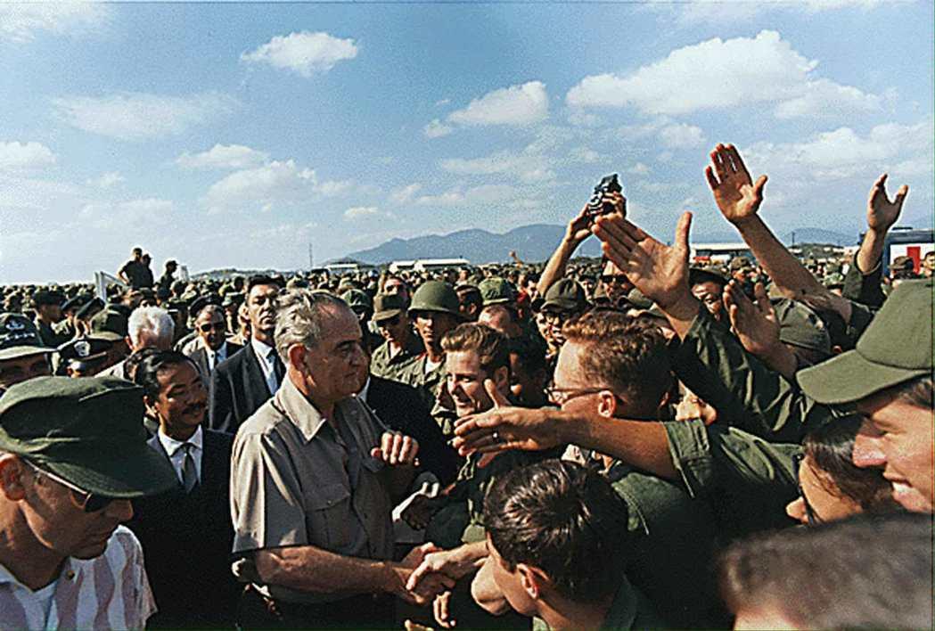 一旦有一個國家淪陷到共產主義陣營,下一個國家就會接踵而至,就像一排多米諾骨牌一樣...