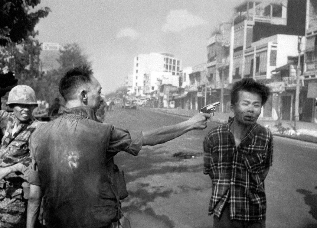 前南越國家警察首長阮玉鸞伸直手臂,舉槍朝著一個雙手遭反綁的「嫌犯」發射的照片,這...