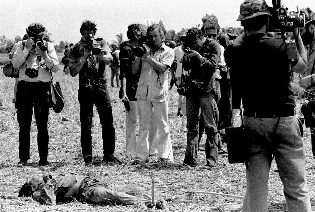 越戰情勢的「逆轉」恐怕源於「媒體」。春節攻勢期間,來自國外的媒體們爭相拍攝西貢街...