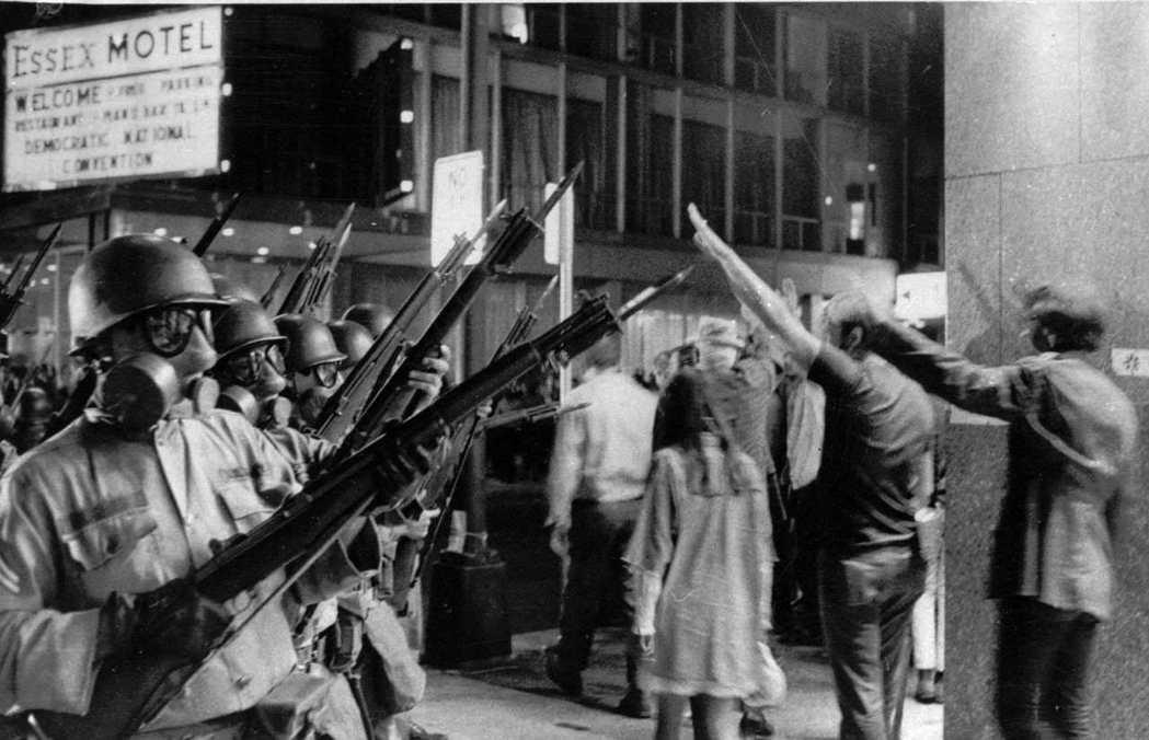 在芝加哥的那場示威,最後以軍警鎮壓而起的暴力衝突收場——當然,這個血腥畫面也在全...