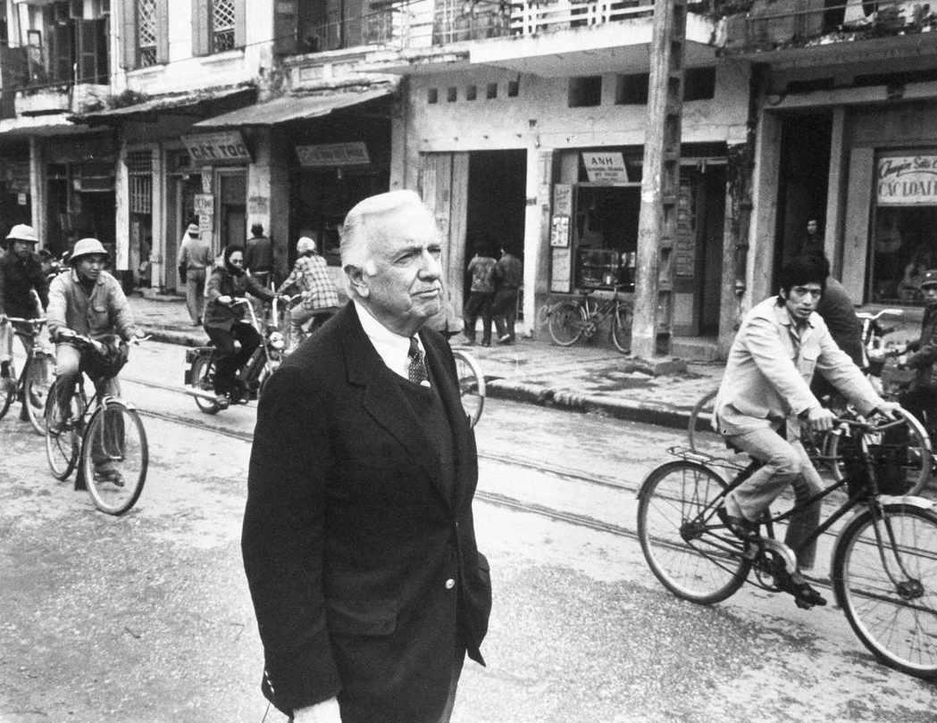 CBS名主播克朗凱在1968年前往西貢採訪春節攻勢之後的情勢,回來後卻拒絕了美國...