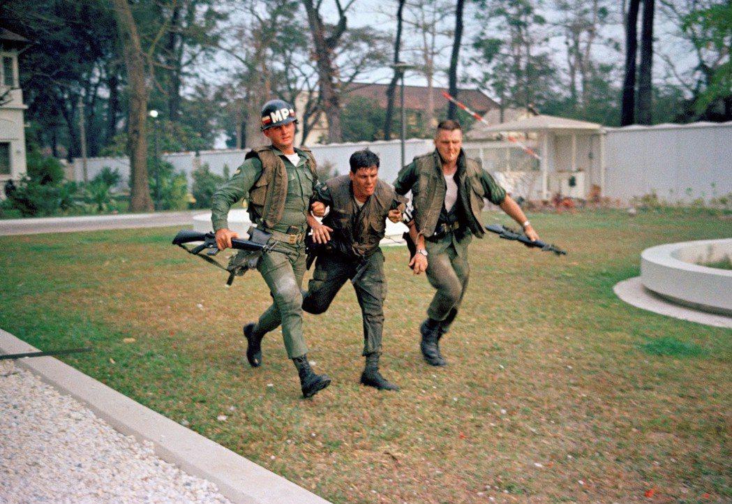 美國大使館在一開便遭受攻擊,雖然衝突規模不大,被當時美軍形容僅是「微不足道的野戰...