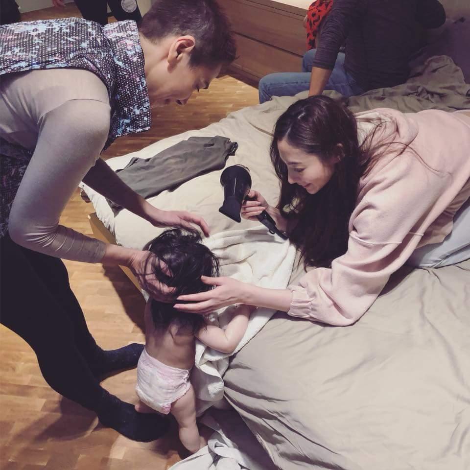 奶奶賴佩霞(左)與姑姑謝沛恩幫Lucy吹頭髮。圖/摘自臉書