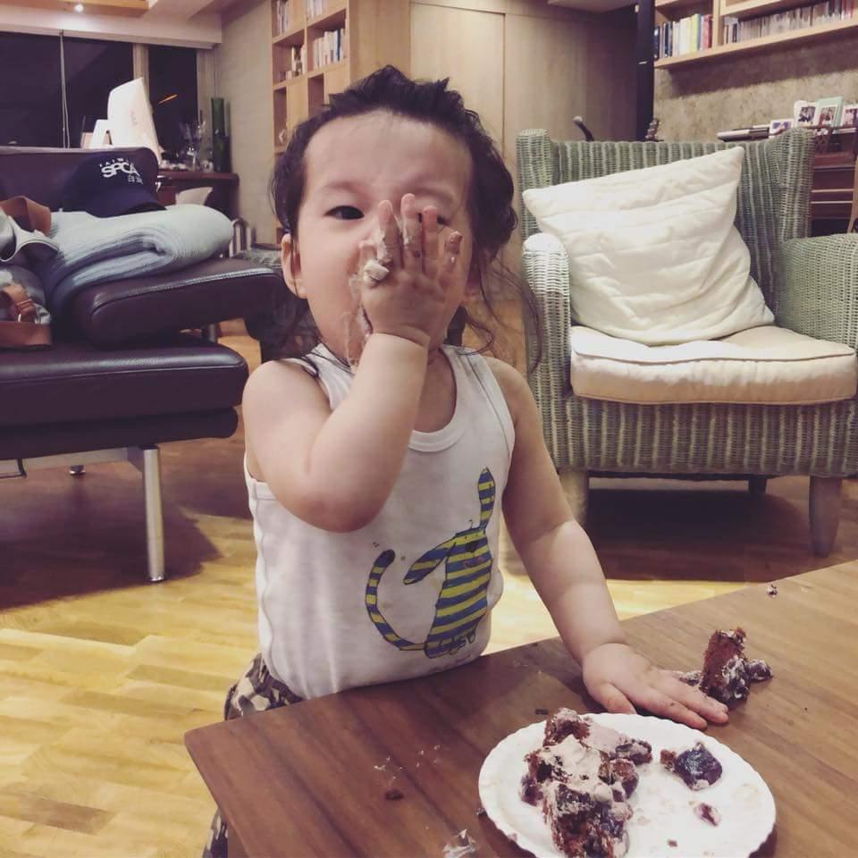 隋棠女兒Lucy大嗑自己人生的第一塊蛋糕。圖/摘自臉書