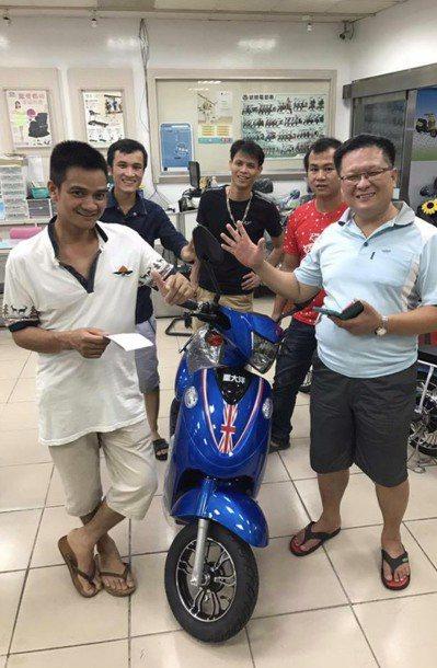 移工改騎電動自行車,越買越好。圖/電動車業者黃淑芬提供