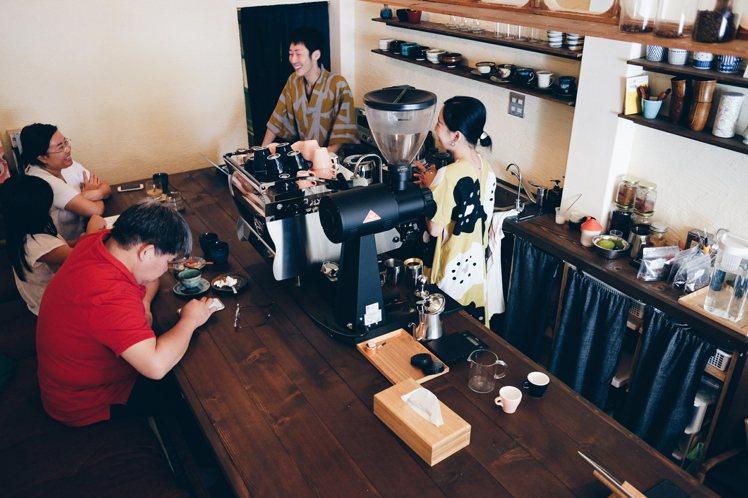 在小巧溫馨的空間喝咖啡,格外有回到家的感覺。攝影/奧登
