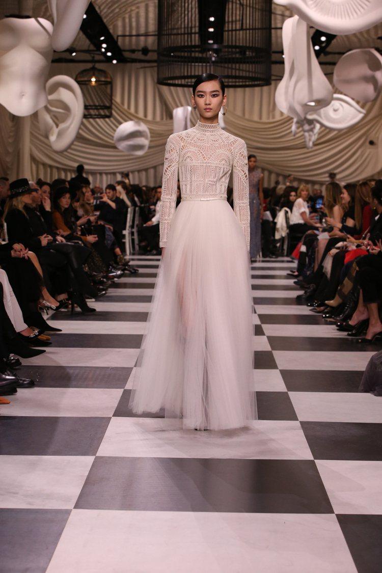 俐落結構和夢幻紗裙,交織出夢與真實之間的戲劇張力。圖/Dior提供