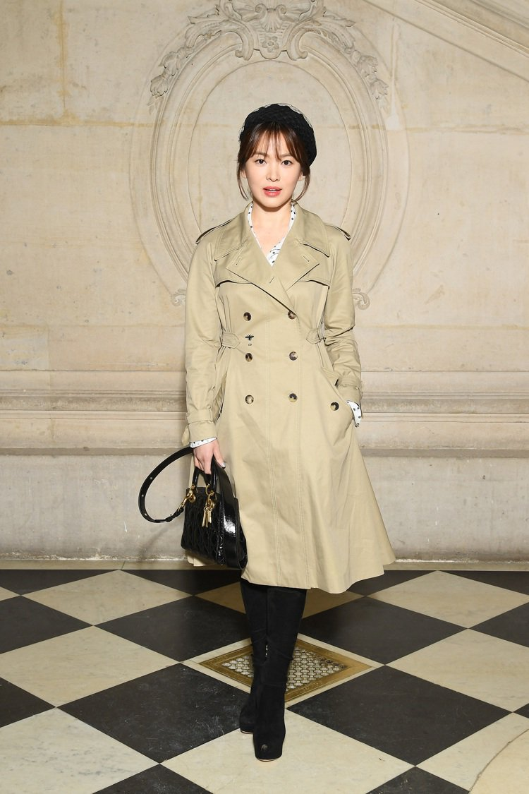 宋慧喬手拎Lady Dior黑色亮面皮革中型提包,身穿啟人疑竇的寬鬆風衣出席。圖...