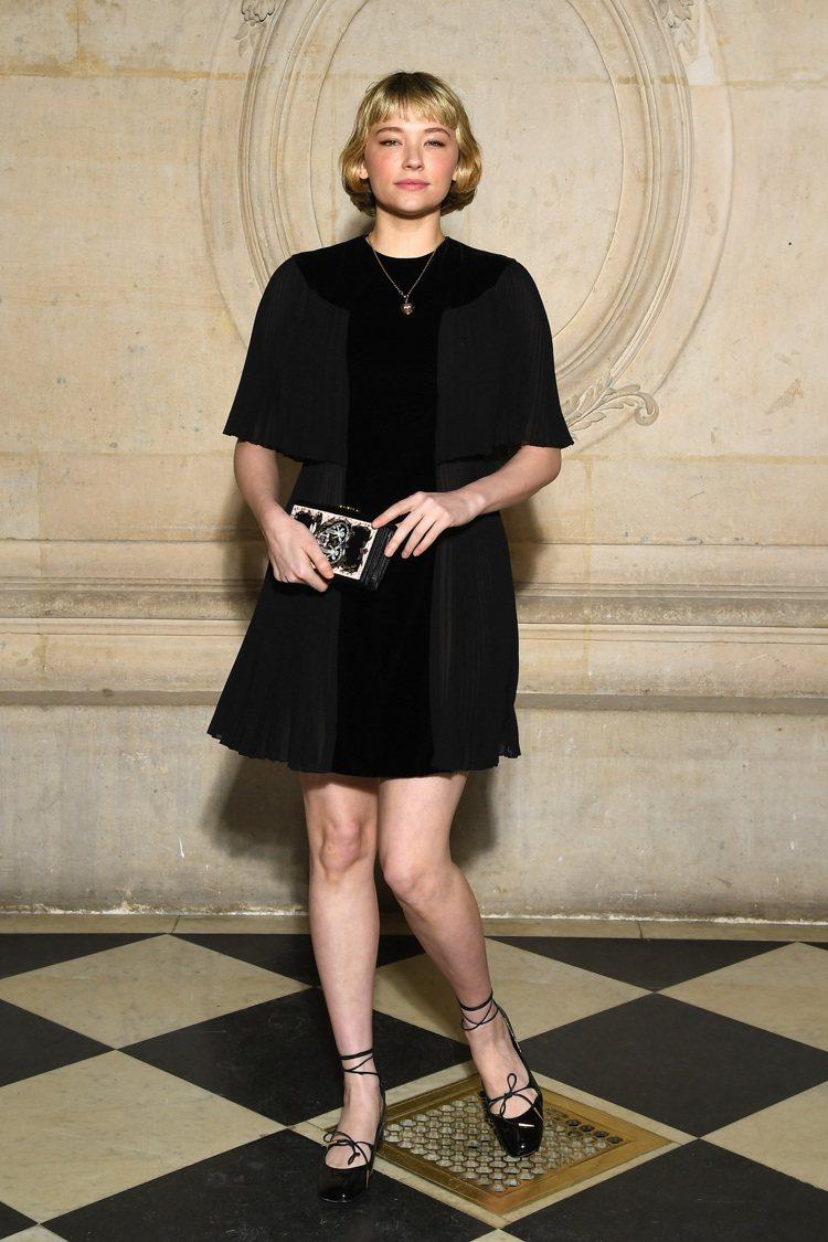 演員海莉班奈特的髮型和服裝相得益彰。圖/Dior提供