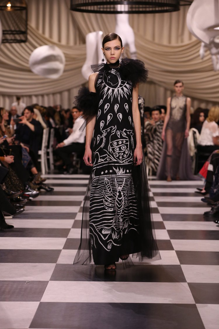 手繪印花仍是Maria Grazia Chiuri作品的一大特色。圖/Dior提...
