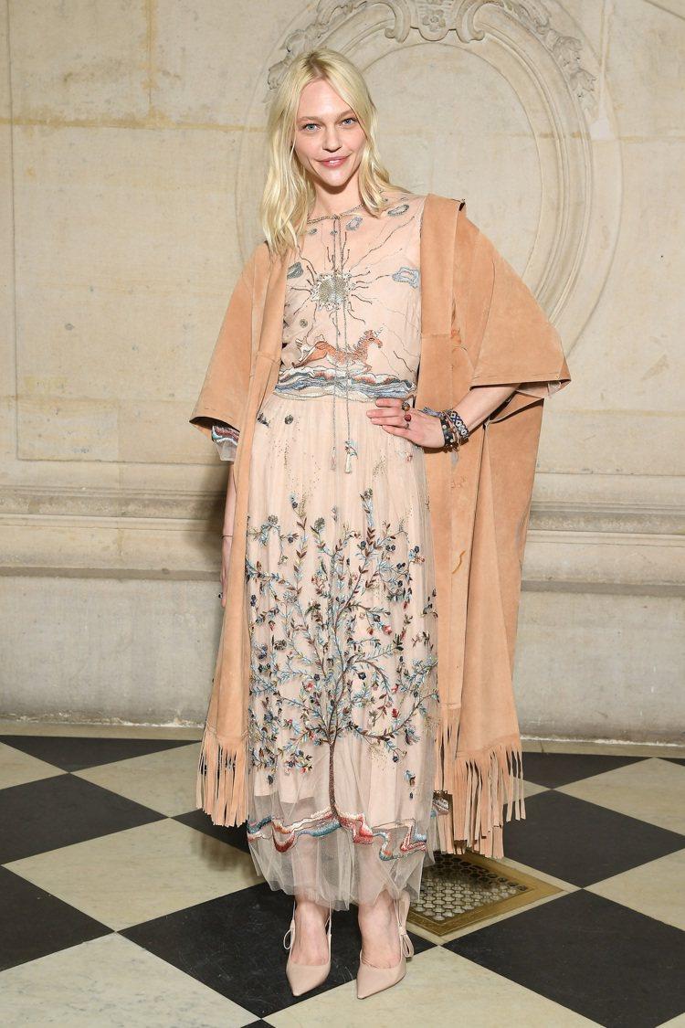 超模Sasha Pivovarova穿出早春度假系列的曠野柔美。圖/Dior提供