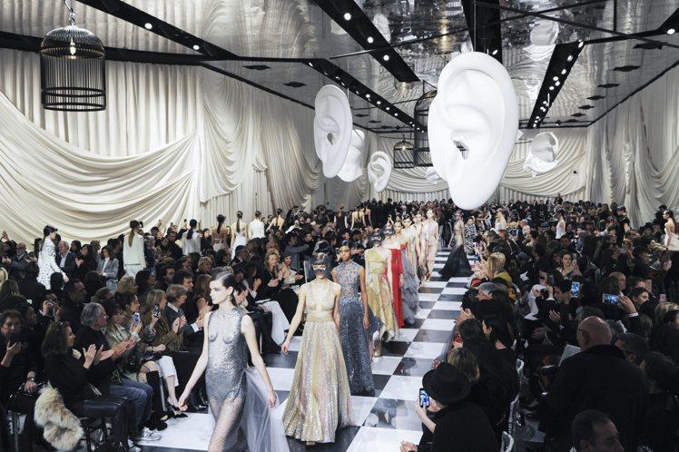 Dior在羅浮宮羅丹博物館內發表2018春夏高級訂製服。圖/Dior提供