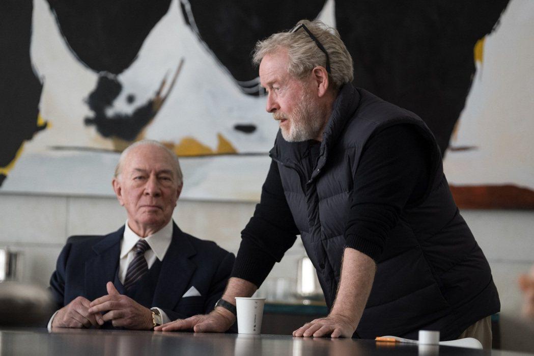 克里斯多夫普拉瑪(左)接替凱文史貝西,演出雷利史考特(右)執導的「金錢世界」。圖...