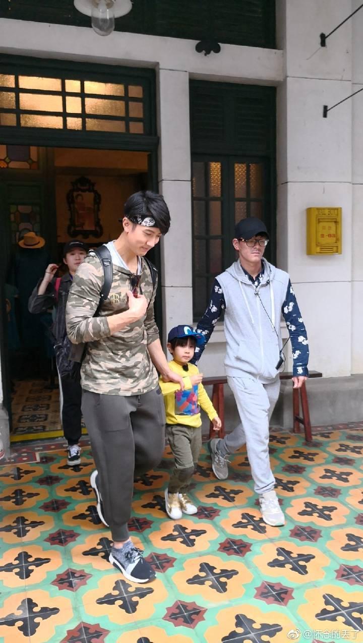 吳尊(左)錄「爸爸去哪兒」也沒露出手臂刺青。圖/摘自微博