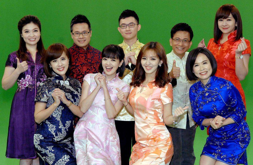 華視主播群進棚拍過年宣傳拜年影片,左上起為林仙怡、黃柏麟、陳子見、徐榮寅、連珮貝