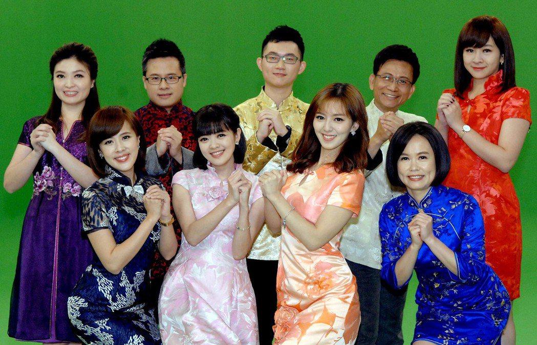 華視主播群進棚拍過年宣傳拜年影片,左上起為林仙怡、黃柏麟、陳子見、徐榮寅、連珮貝...