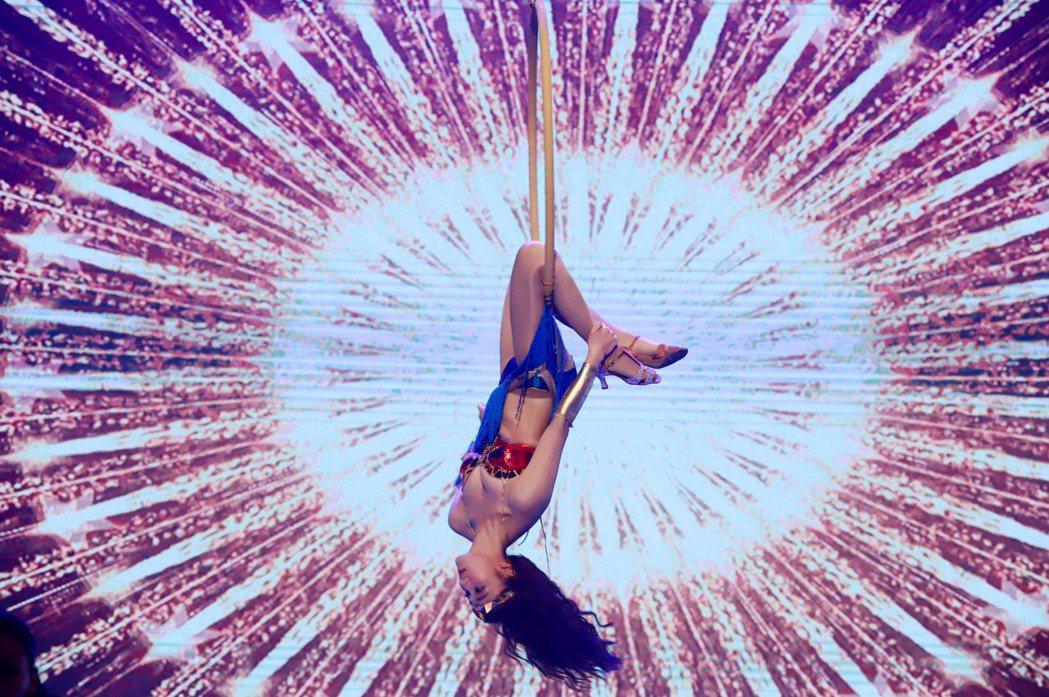 夏宇禾挑戰高難度的「神力女超人」。圖/民視提供