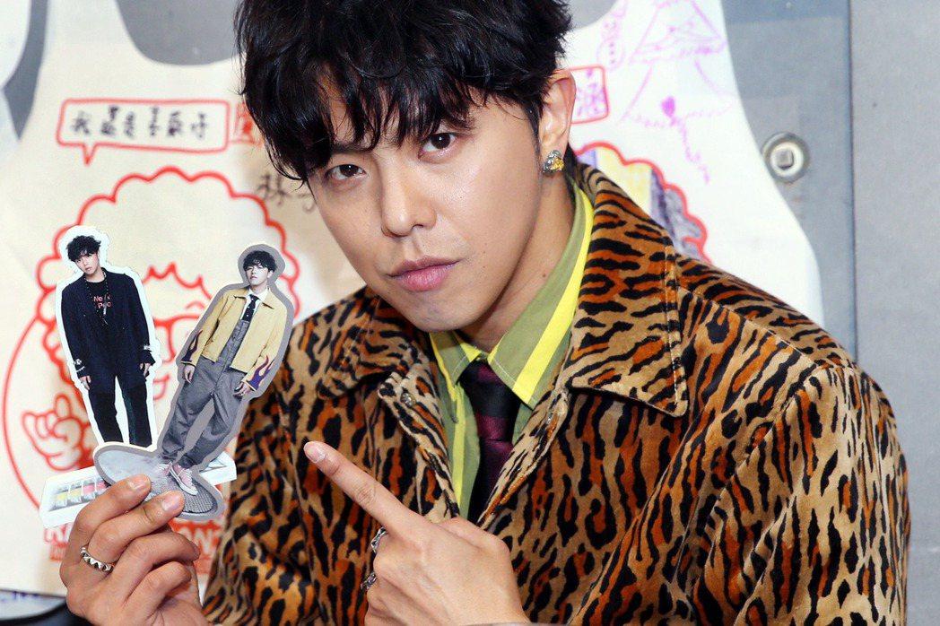 「小鬼」黃鴻升穿著豹紋外套出席新專輯宣傳活動。記者侯永全/攝影