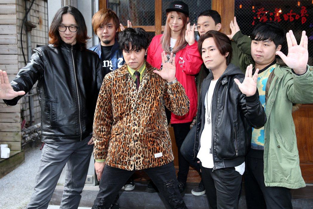 「小鬼」黃鴻升(左三)穿著豹紋外套與樂團出席新專輯宣傳活動。記者侯永全/攝影