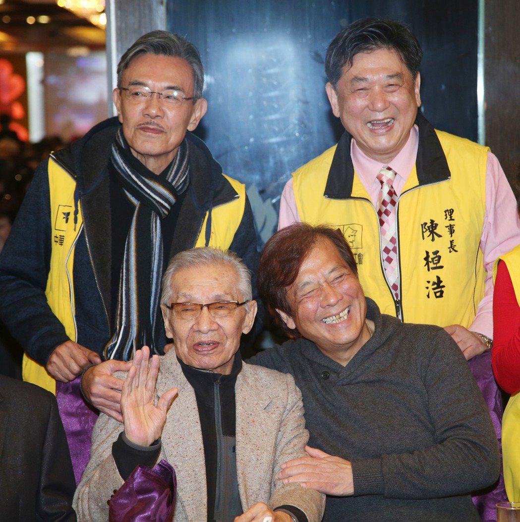 康凱(右起)、華視總經理郭建宏、常楓、王道出席演藝總工會尾牙。記者陳瑞源/攝影