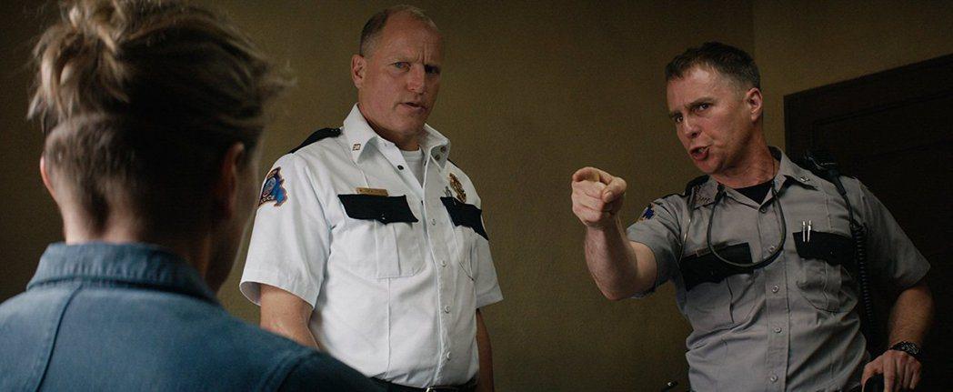「意外」伍迪哈里遜(中)、山姆洛克威爾(右)都入圍最佳男配角。圖/摘自imdb