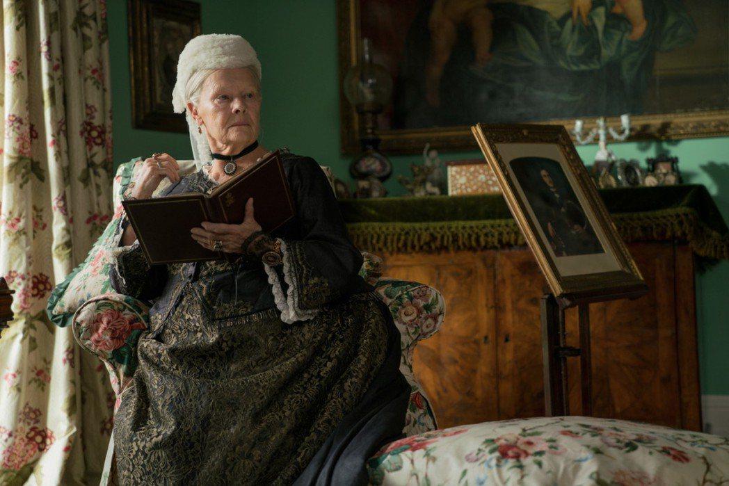 英國影后茱蒂丹契在「女王與知己」演技精湛,同樣與奧斯卡獎提名項目擦身而過。圖/摘...