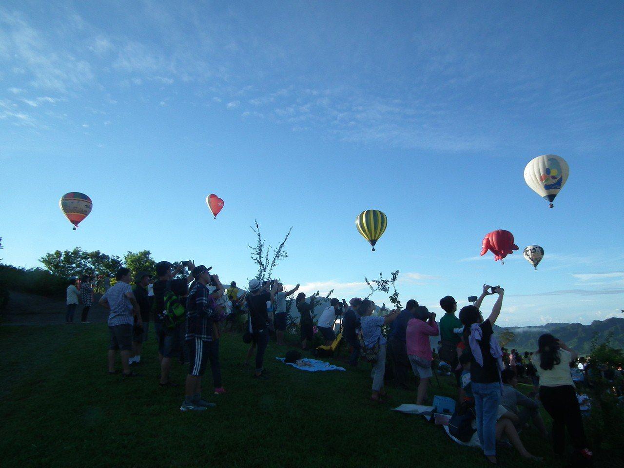 去年熱氣球活動及國慶煙火的加持,在陸客觀光減少的情況下,台東可說是逆勢成長,根據...
