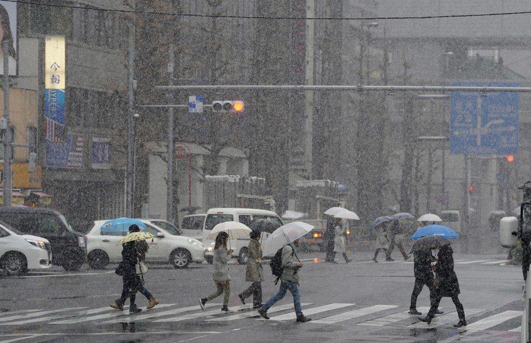 日本氣象廳22日警告,東京降大雪恐造成交通中斷。 美聯社