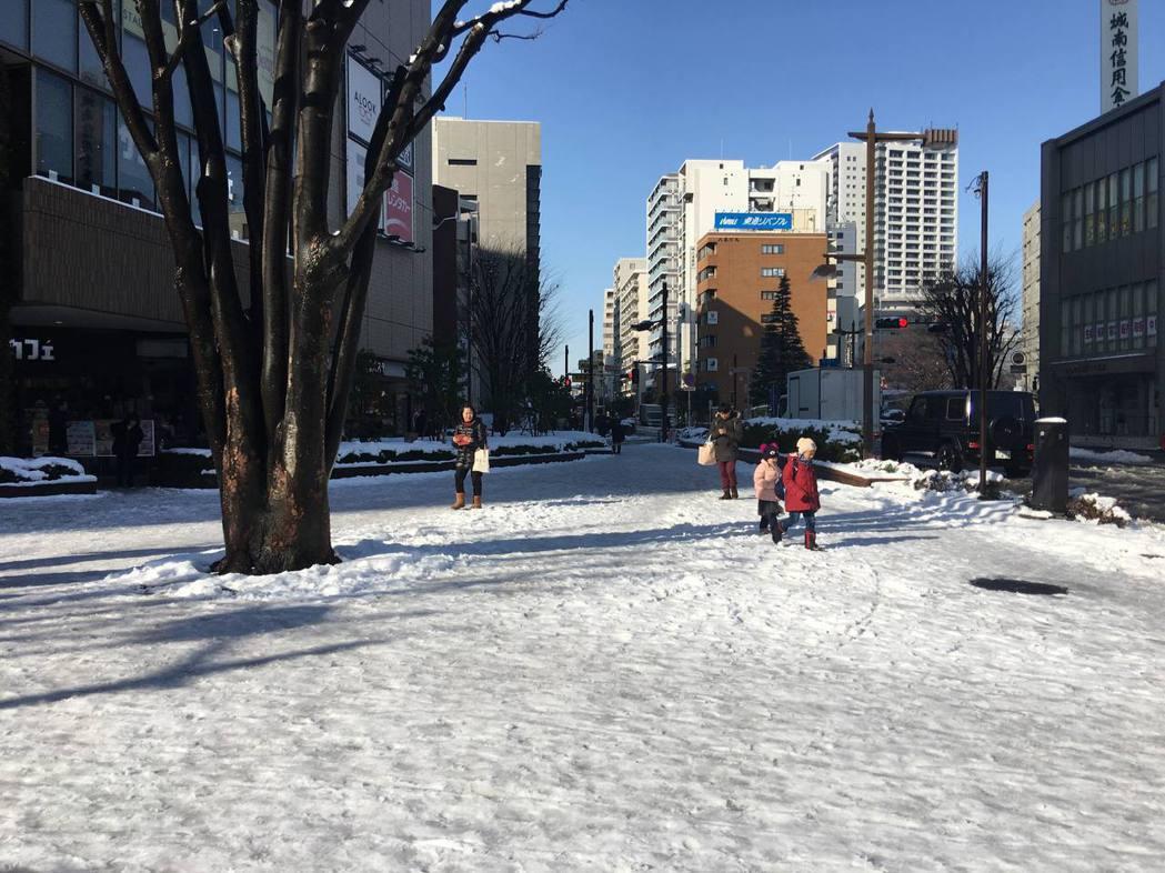 東京都心22日晚間最大累積降雪量達23公分,創下20年來第二大降雪。隔日一早陽光...