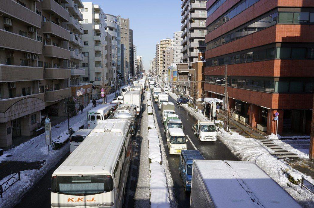 大雪過後,23日東京交通大打結。 歐新社