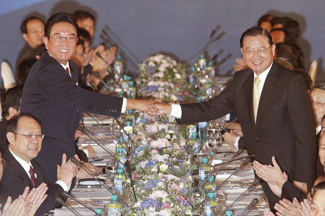 2008年11月,眾所矚目的第二次江陳會登場,會前海基會董事長江丙坤(右)與海協...