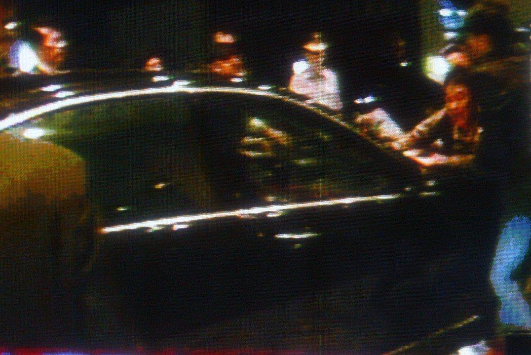 海協會會長陳雲林半夜離開晶華酒店時,一男子衝向座車抗議。 圖/翻攝三立電視