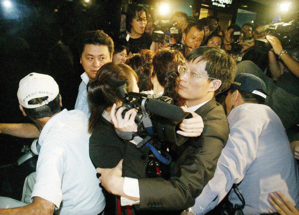 2008年11月,陳雲林受邀前往晶華酒店,未料大陸媒體採訪完後步出酒店,卻遭群眾...