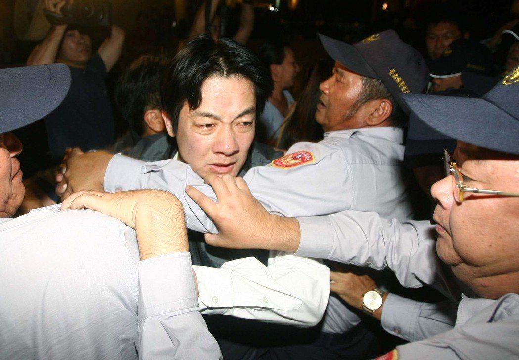 2008年11月,時任民進黨立委的賴清德在陳雲林進入晶華酒店時,位在酒店二樓高喊...
