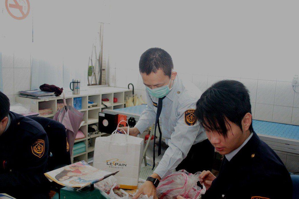 親友探視當時關押在台北看守所的陳水扁,看守所人員仔細檢查是否有違禁品。圖/聯合報...