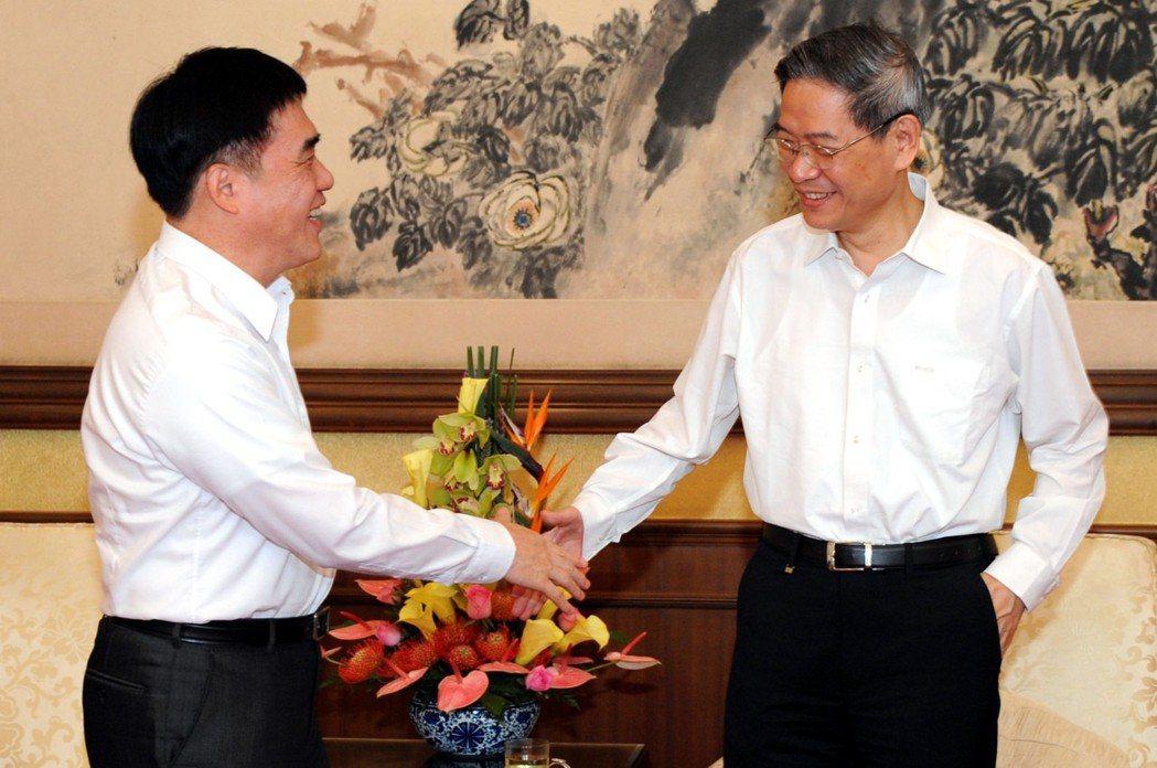 2014年6月,時任台北市長的郝龍斌(左)與大陸國台辦主任張志軍(右)會面。 圖...