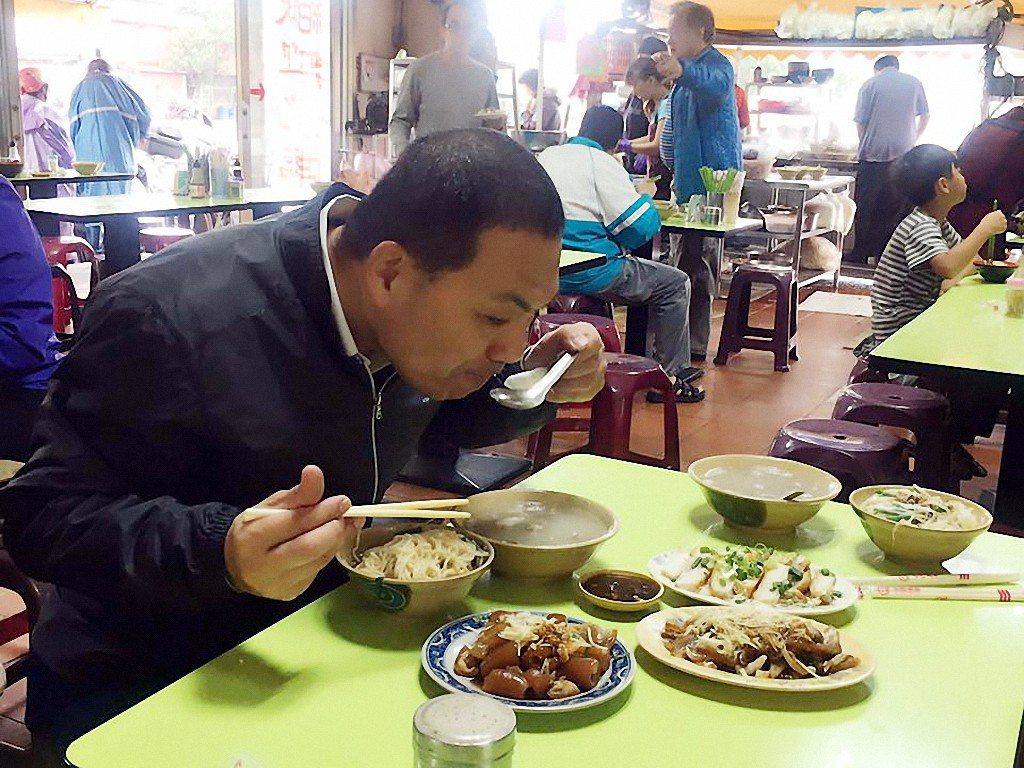 新北市副市長侯友宜愛吃美食,跑行程中品嘗各地小吃,上月在三重吃烏醋麵和骨仔湯的貼...