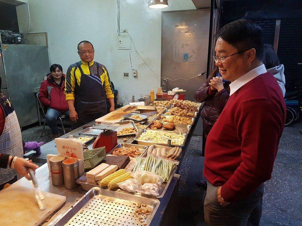民進黨立委吳秉叡曾在臉書上貼出挑選鹽酥雞的照片,不忘自嘲「減肥是明天的事」。圖/...