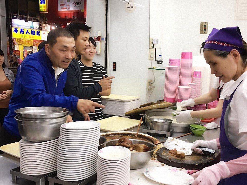 新北市副市長侯友宜愛吃美食,跑行程中品嘗各地小吃,也成為臉書貼文的素材。圖/翻攝...