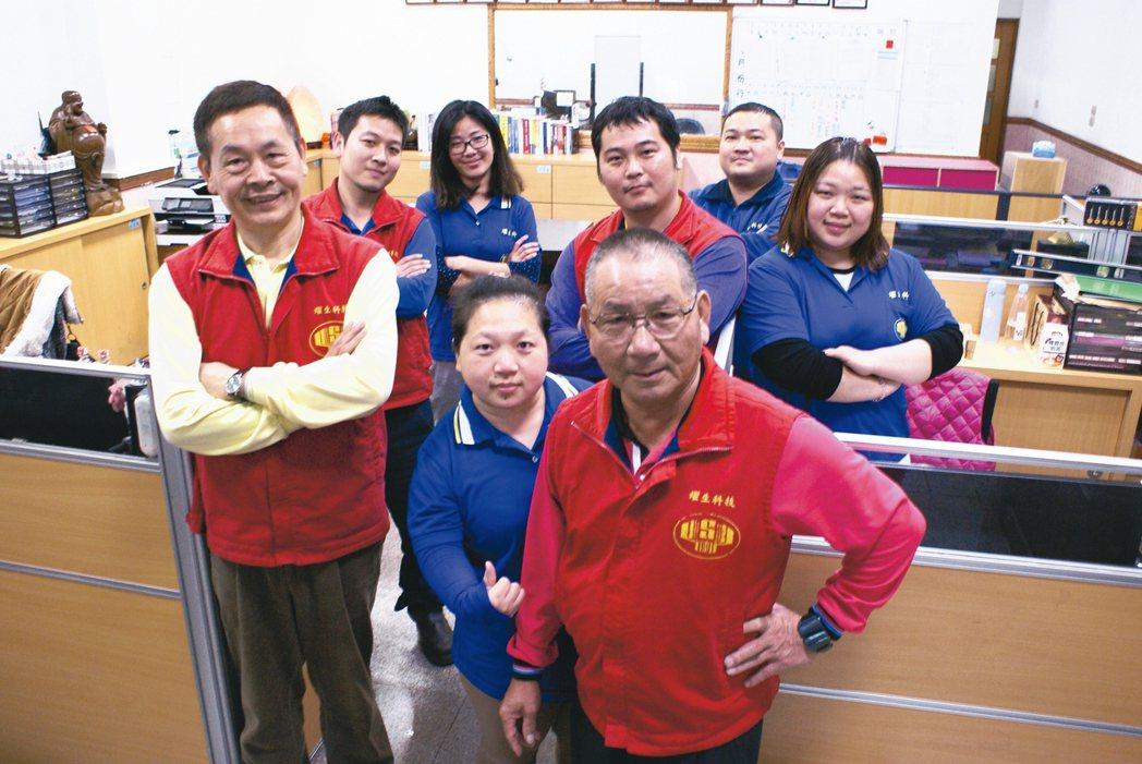燿生機械創辦人呂木樹(前排右一)、新任總經理劉慶瑞(前排左一),帶領企業經營團隊...