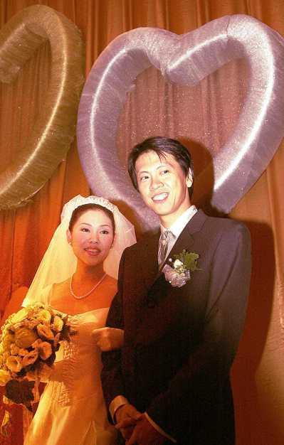 宏碁集團董事長施振榮女兒施宣榕於2001年5月20日,與葉光章結婚,葉並當眾深情...