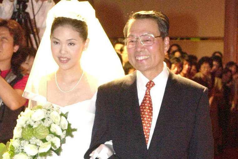 圖為施振榮挽著女兒施宣榕進入結婚會場情形。聯合報系資料照/記者蔡育豪攝影